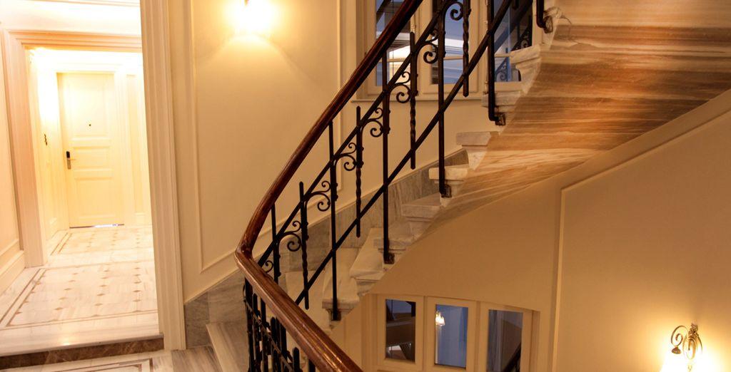 Con pasillos y elegantes paredes blancas