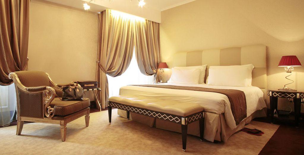 Una habitación espaciosa y confortable