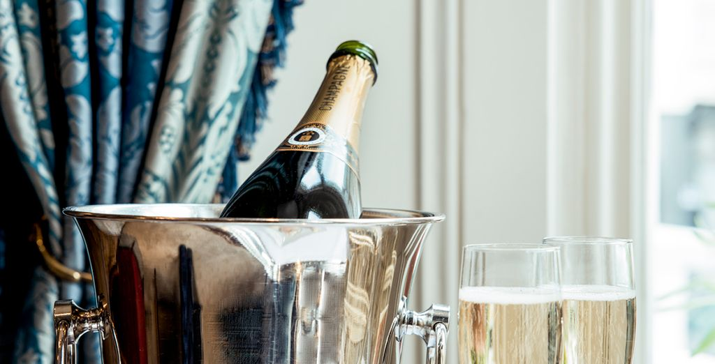 Disfrute de una copa de champán