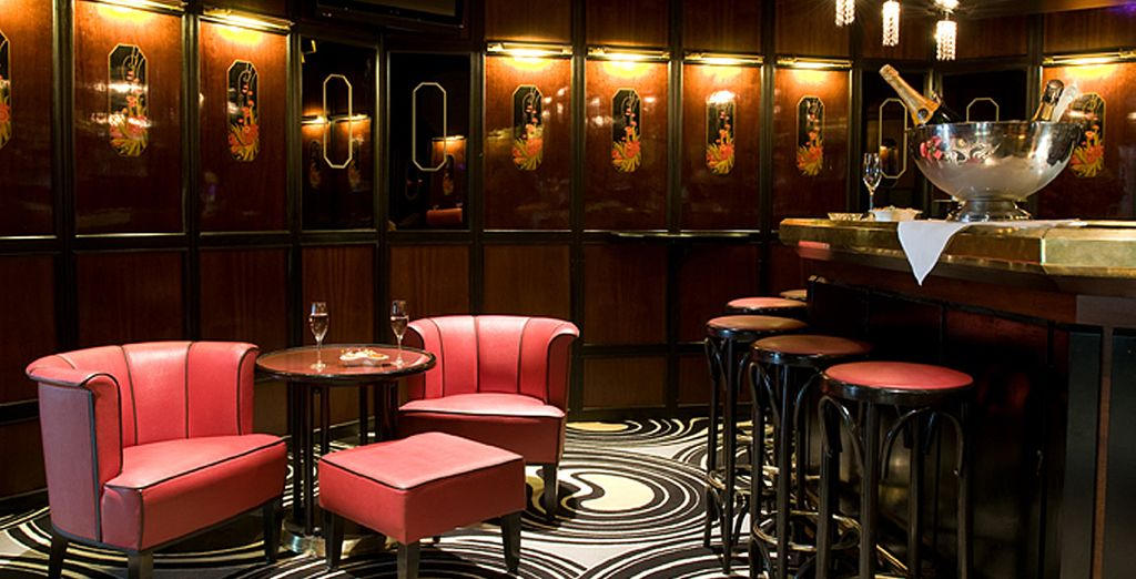 Relájese en el bar salón restaurante Oskars