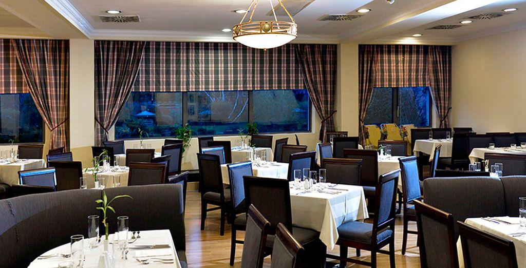 El bar restaurante sirve comida internacional y nacional
