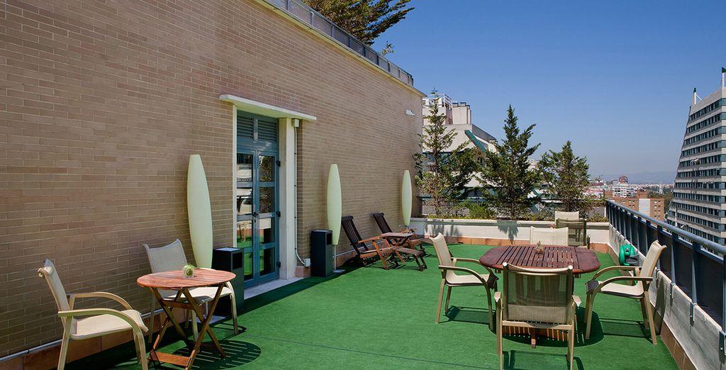 Relájese en la terraza del hotel