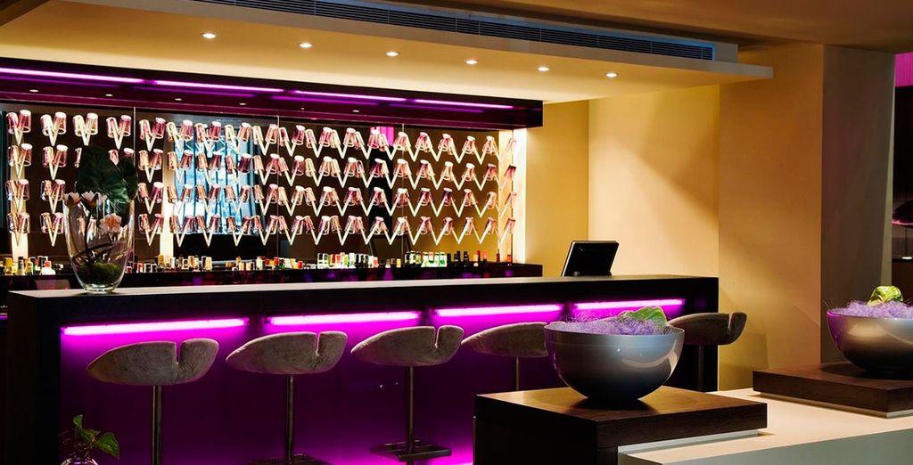 Tómese un aperitivo en el 987 Lounge...