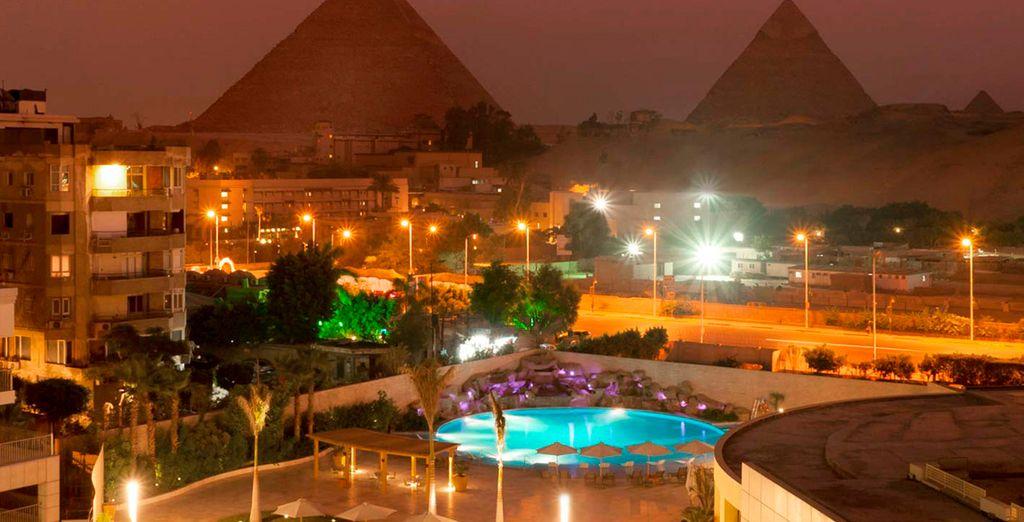 Vistas nocturnas del hotel Le Meridien Pyramid con las pirámides de fondo