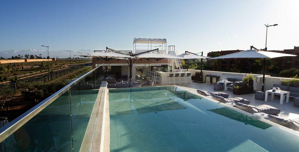 Relájese en la piscina de la terraza
