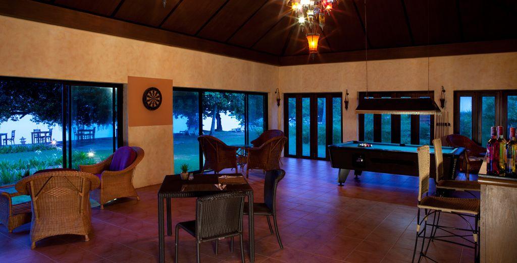 Elixir Bar ofrece un lugar para relajarse con un cóctel antes de la cena o después de la cena, juegos de billar o dardos