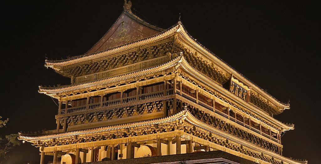 Antigua Torre del Tambor de Xian iluminada