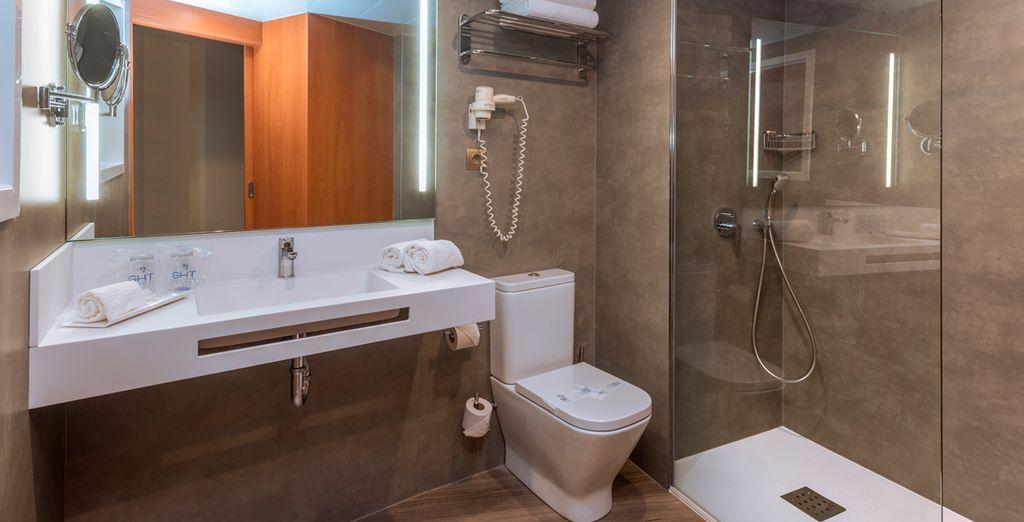 ... con un baño completo y moderno