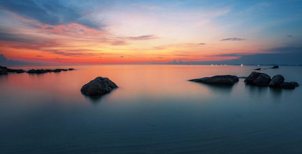 Deléitese con sus encantadores atardeceres sobre el mar