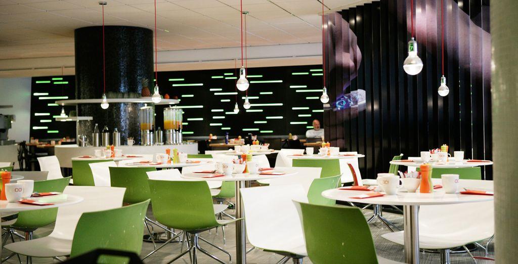 ...en el amplio y acogedor salón de desayunos en OO!