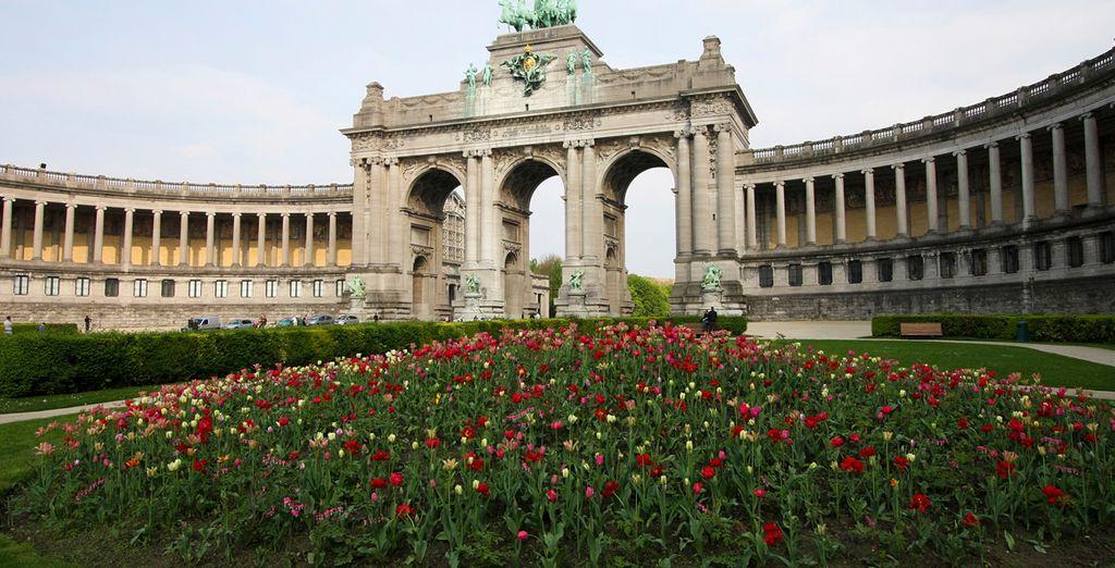 Pasee por el Arco de Triunfo de Bruselas