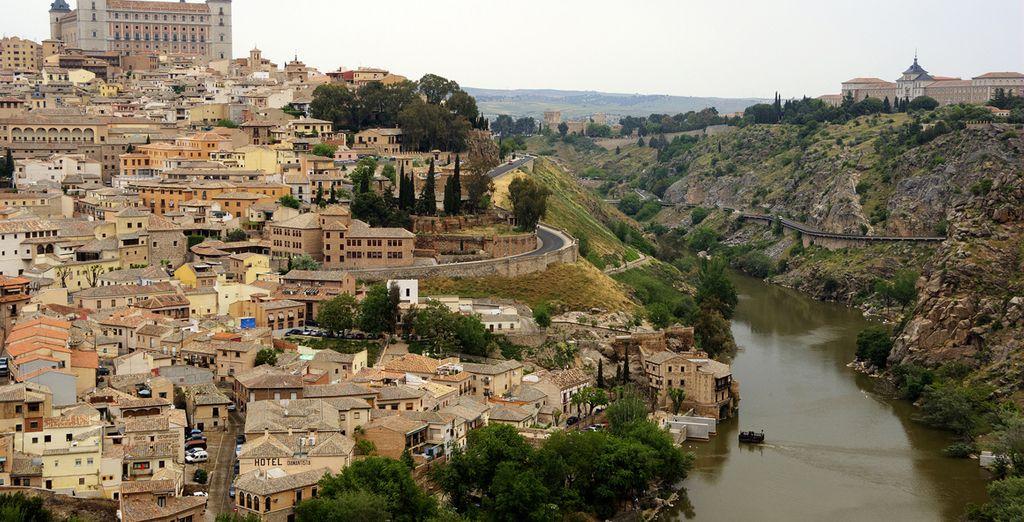 El casco antiguo de la ciudad está situado a la derecha del margen del río Tajo
