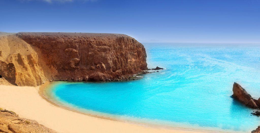 Admire el color del océano en Lanzarote