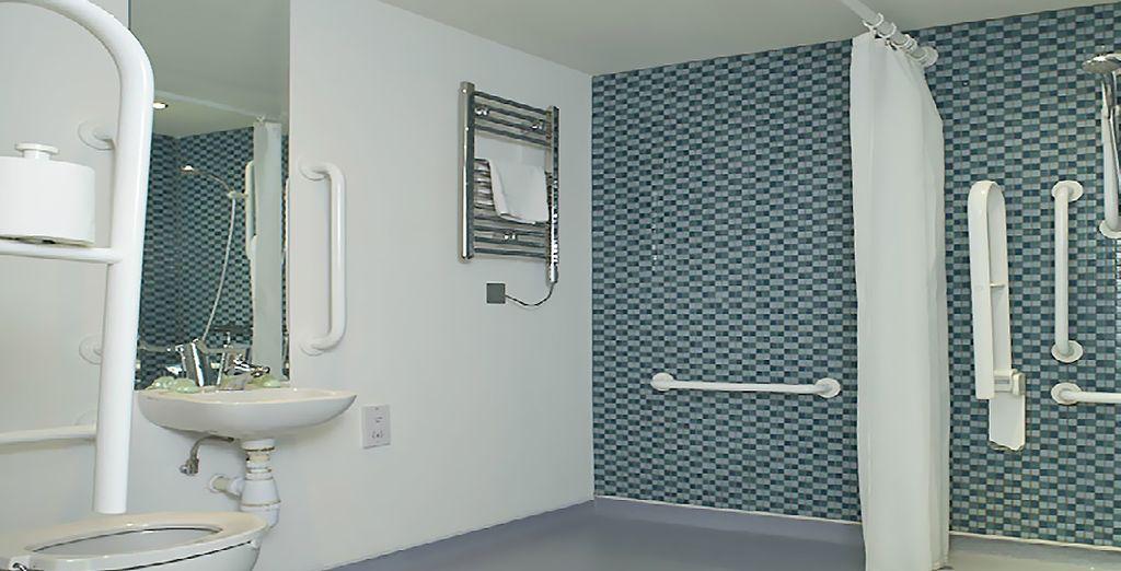 ... y un completo baño con ducha a ras del suelo