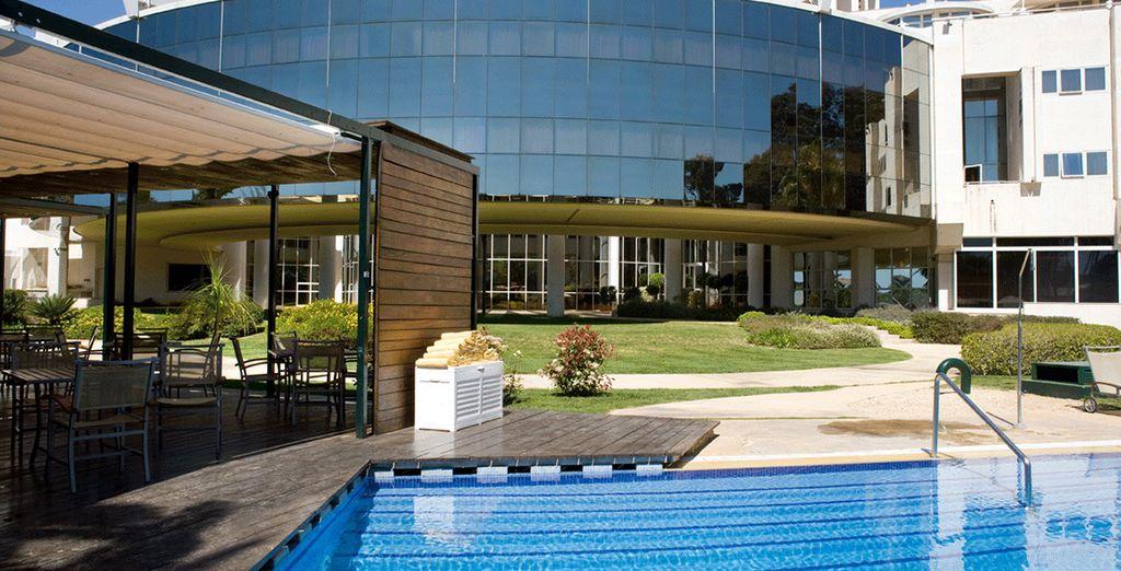 Tómese un relajante baño en su exclusiva piscina
