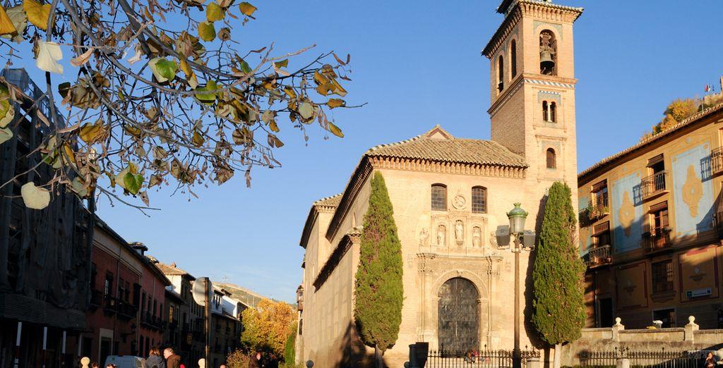 Desde Santa Ana, adéntrese en el famoso paseo de los Tristes de Granada