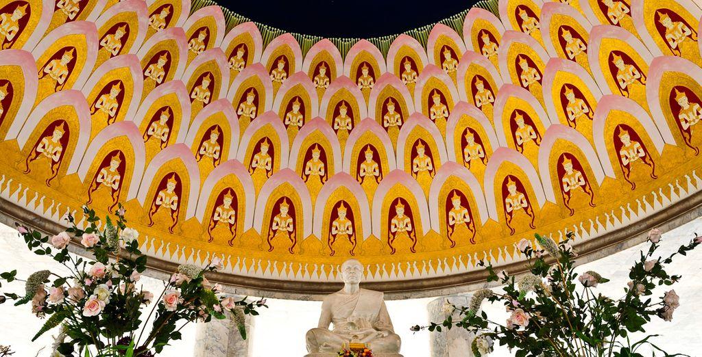 Acérquese a Nakhon Pathom, una escultura de mármol con discípulos budistas