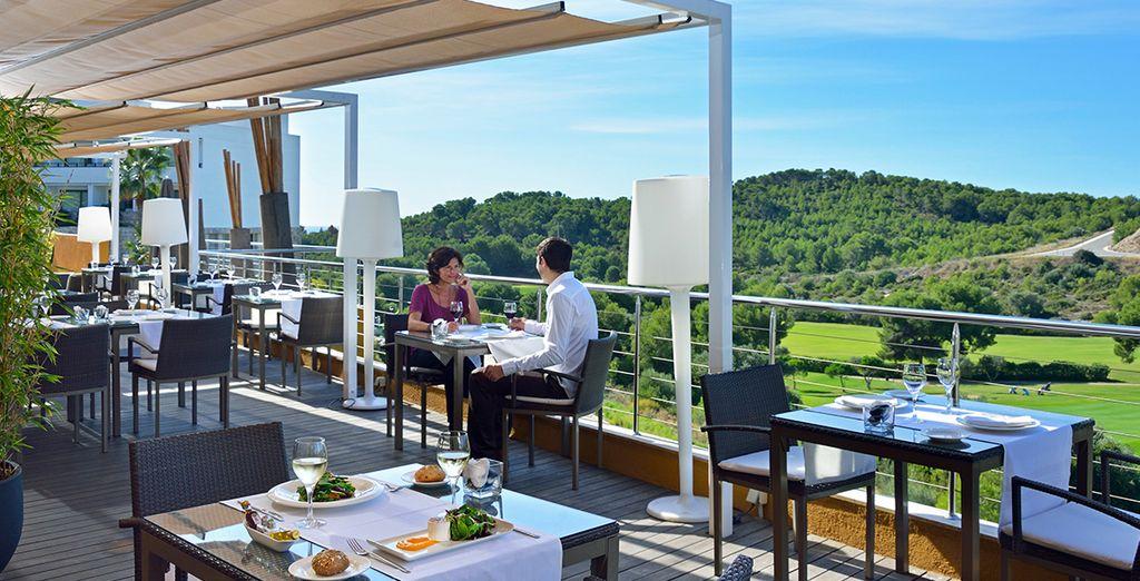 Disfrute de una rica gastronomía en la terraza...