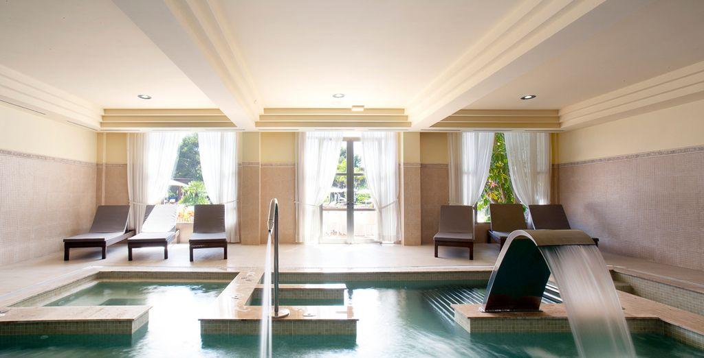 Cuenta con una piscina interior climatizada con circuito de hidromasaje, sauna y jacuzzi
