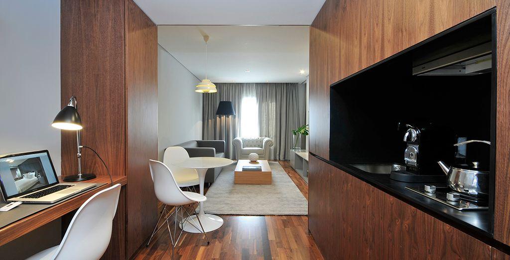 Descubra su Suite Deluxe con una sala de estar para leer un libro y una cocina moderna