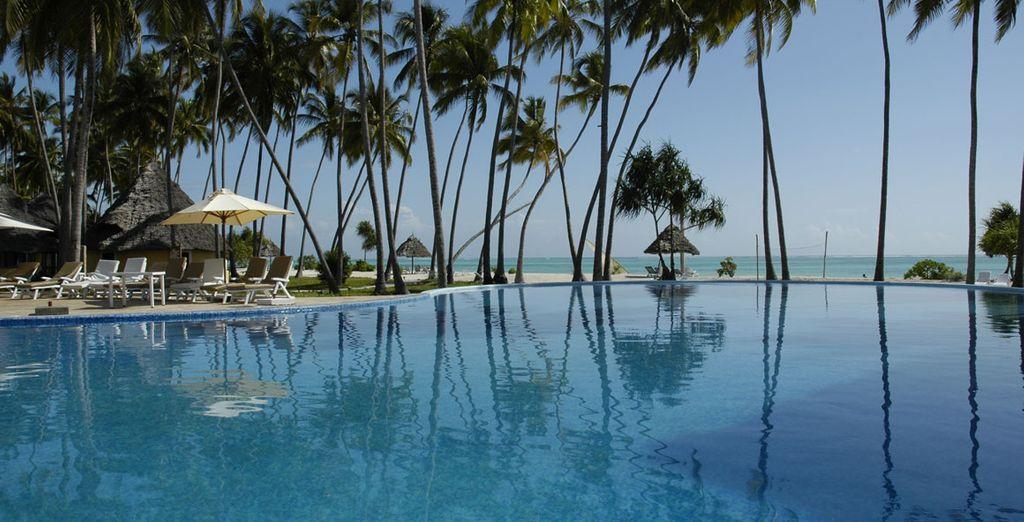 Descanse y disfrute de la piscina exterior del hotel