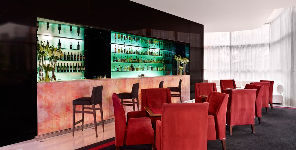 Relájese mientras disfruta de un cóctel en el New Yorker bar localizado en el lobby