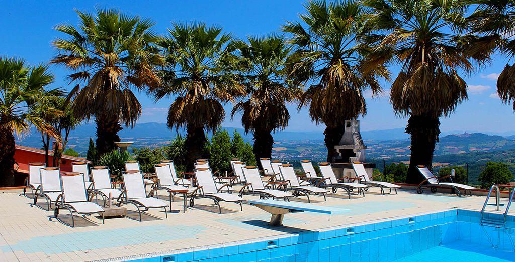 Disfrute del buen clima del lugar y las impresionantes vistas al pueblo de Monte Castello di Vibio