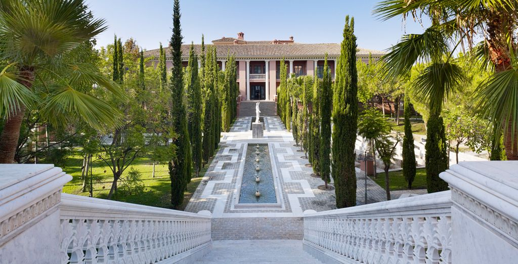 Un hotel rodeado de exuberantes jardines