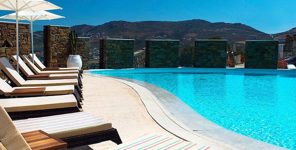 Relájese en las hamacas al borde de la piscina