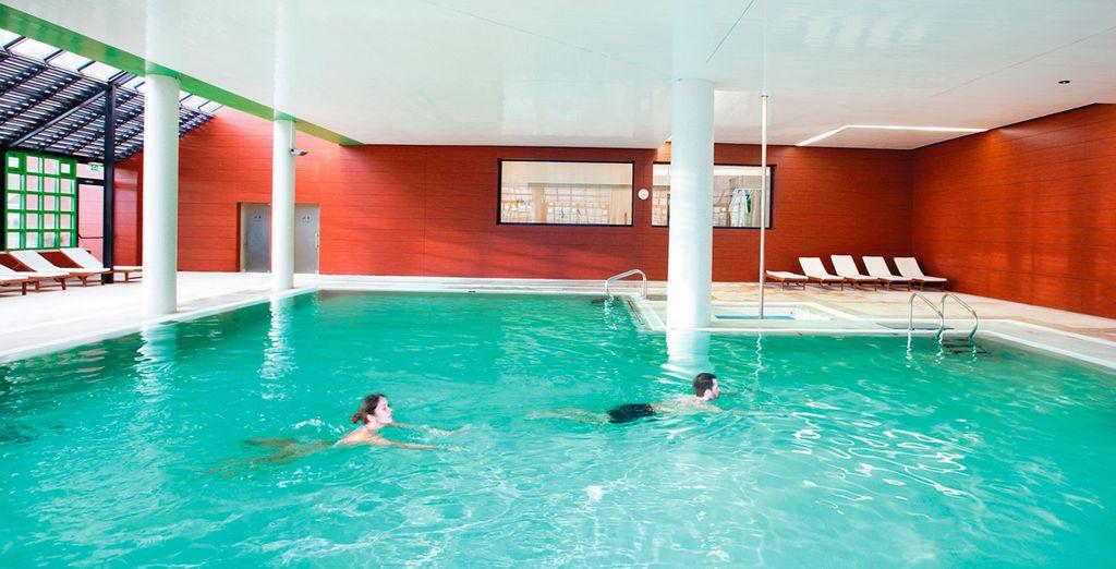 Un chapuzón en la piscina interior