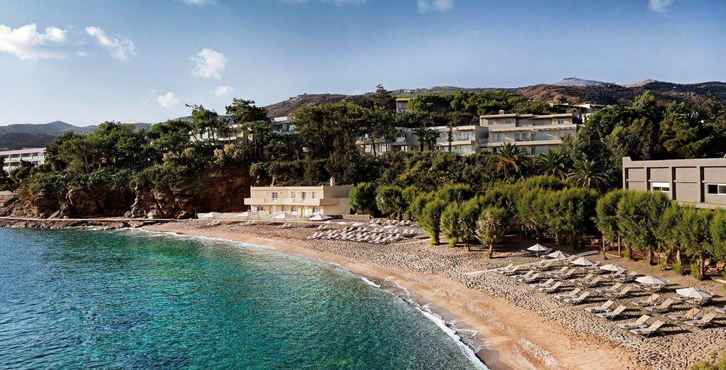 Aproveche para tomar el sol tumbado en la playa cretense