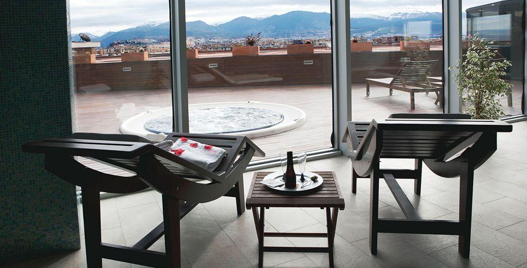 Relájate en el Spa con vistas panorámicas sobre la ciudad, una delicia para todos tus sentidos...