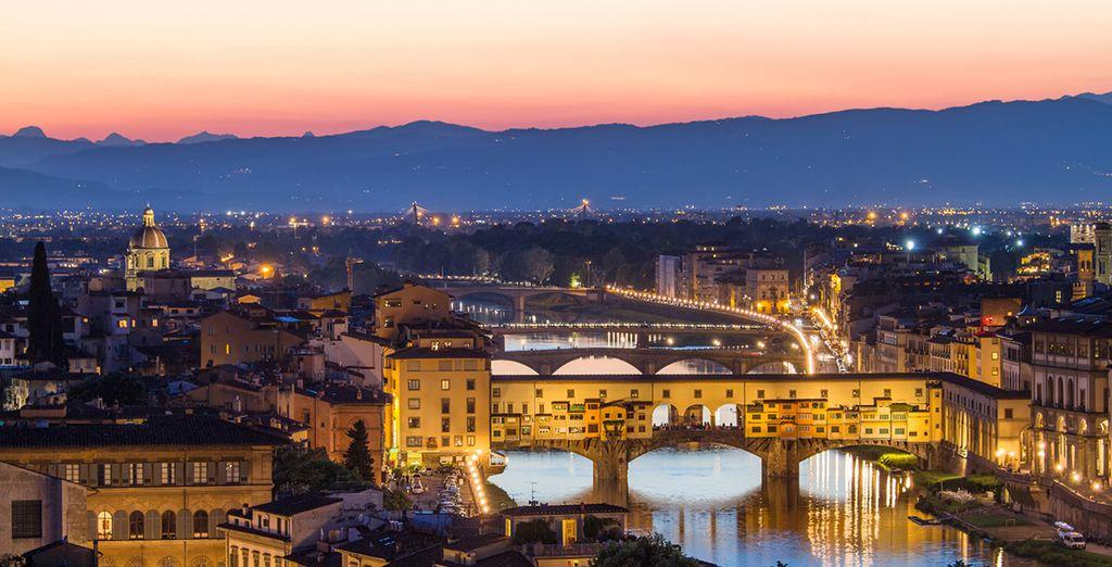 Pasea por el Puente Vecchio sobre el Arno