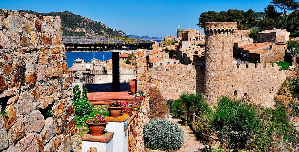 Lo más llamativo de Tossa de Mar, muy cerca de Pau, es la gran fortaleza medieval que encontrarás en la bahía
