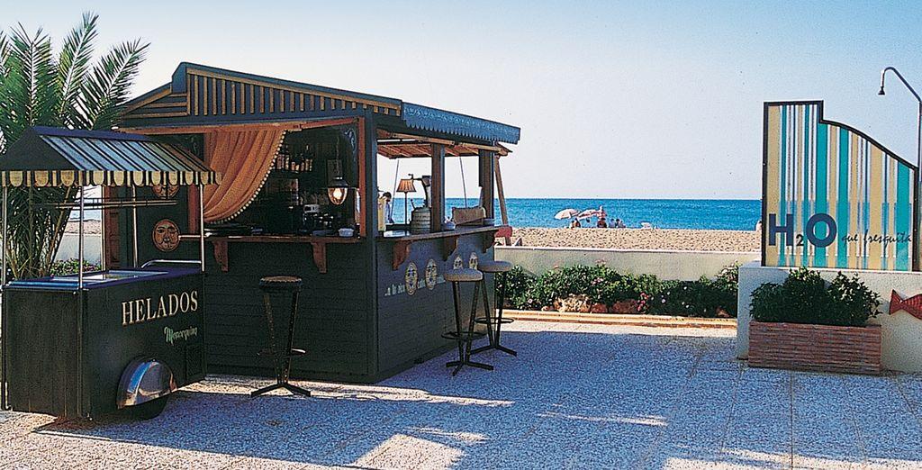 Un lugar idílico para disfrutar de un aperitivo a mediodía o una refrescante copa al caer la tarde frente al mar