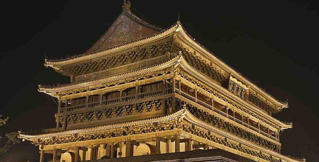 La torre del Tambor iluminada por la noche