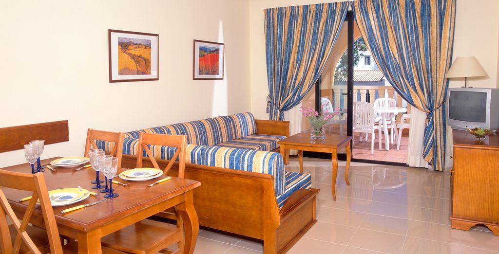Completamente equipado con aire acondicionado, balcón o terraza, sala de estar y cocina