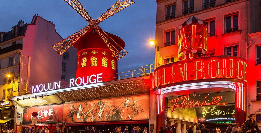 O sal a tomar una copa cerca del Moulin rouge
