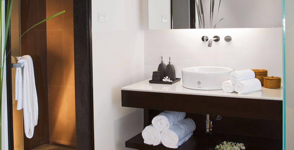... con un baño elegantemente equipado