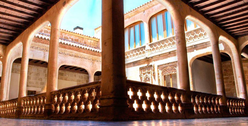 Admira el claustro del edificio del Castillo
