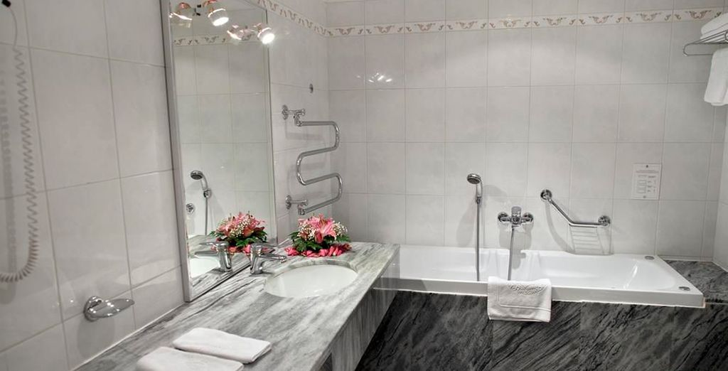 Baños modernos completamente equipados