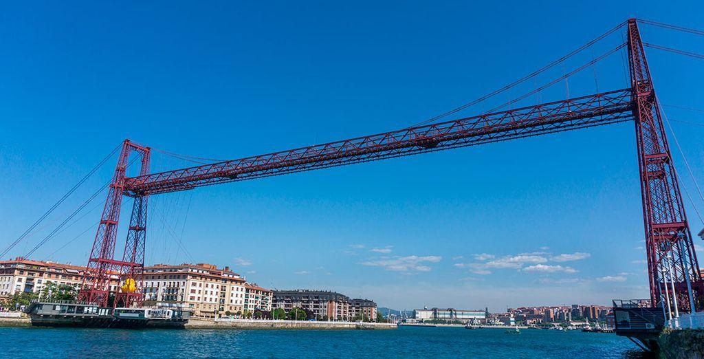 A muy escasa distancia de Hotel URH Palacio de Oriol se encuentra el antiguo Puente Colgante