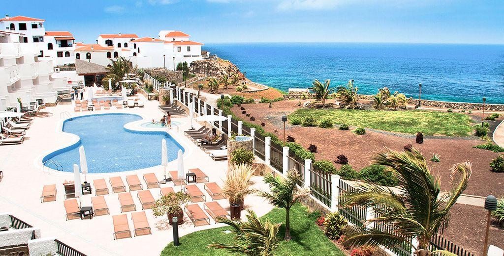 Podrás aprovechar la piscina y las fabulosas vistas del mar desde el hotel