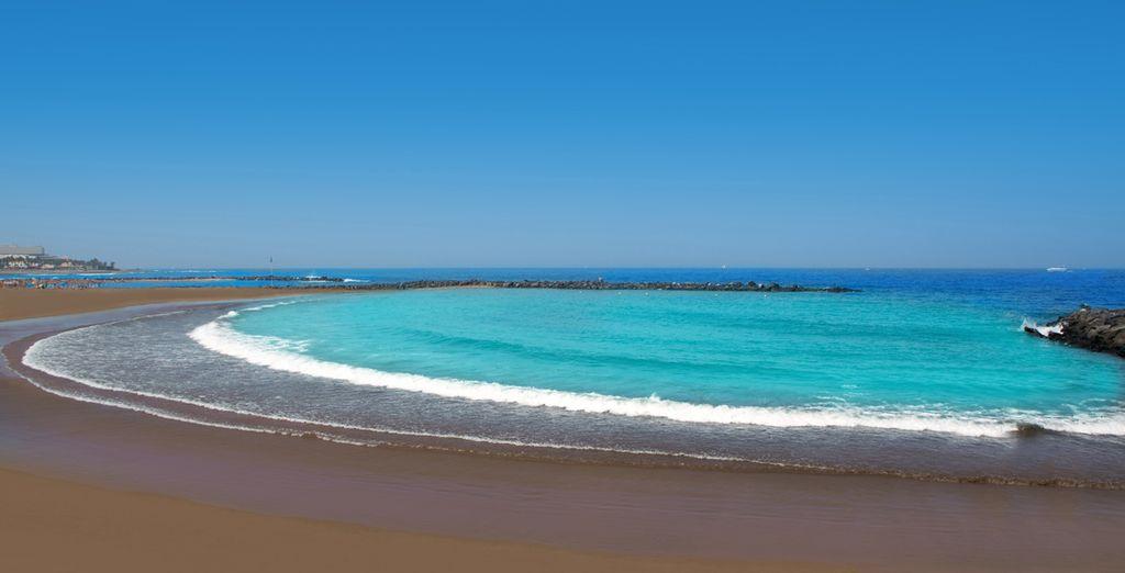 Playas de arena volcánica y mar turquesa