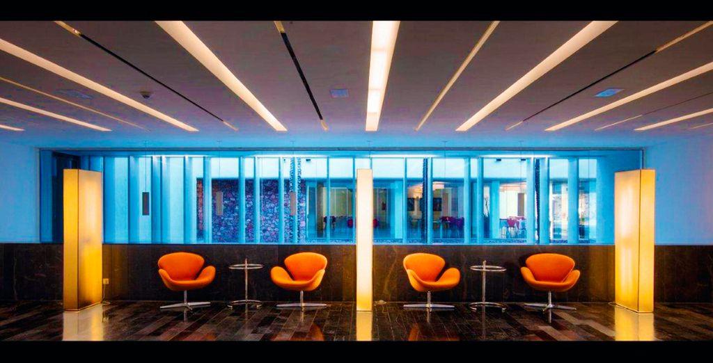 Un hotel moderno con un estilo minimalista