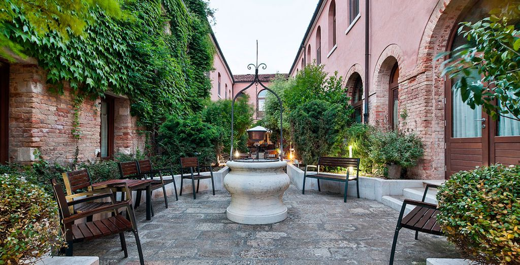 Su antiguo claustro ha sido transformado en un precioso patio con jardín