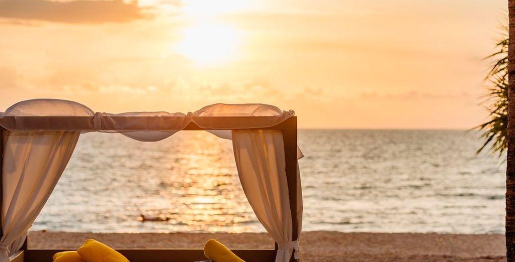 Con exuberantes montañas, plantaciones tropicales y el mar de Andamán de fondo, Phuket Hotel & Spa es un lugar bañado por el sol