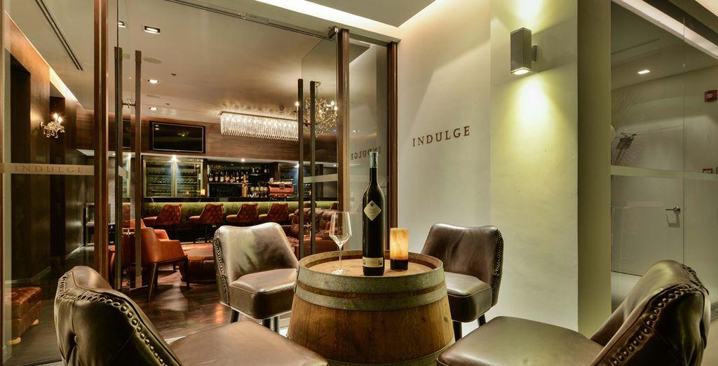 Disfruta de un bar de vinos finos con un equipo de apoyo de whisky, brandy y puros