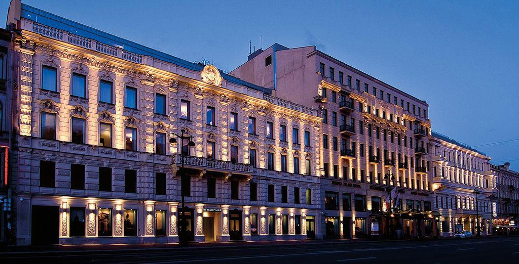 Un edificio majestuoso que alberga un hotel de lujo