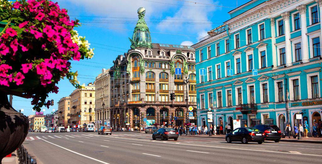 Pasea por la gran avenida Nevsky Prospekt